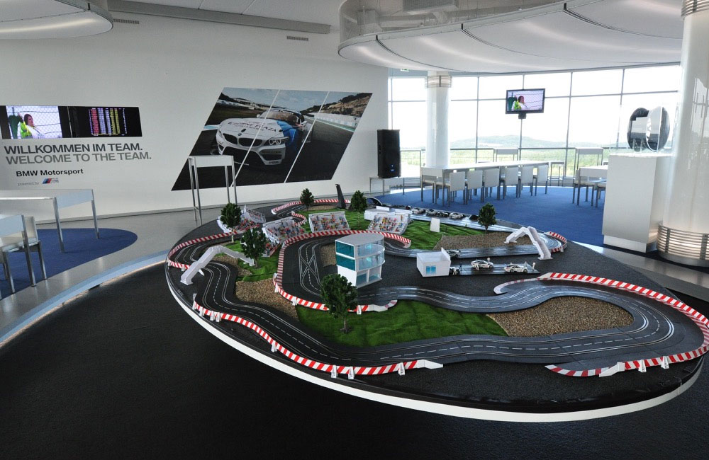 01-carrerabahn-rennbahn-setup-mottolandschaft-obu